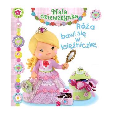 Mała dziewczynka Róża bawi się w księżniczkę